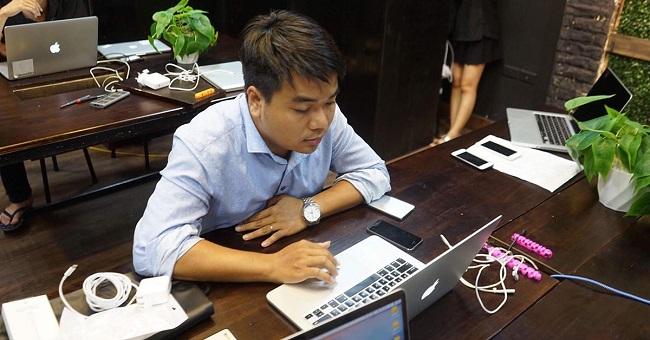 khach-hang-trai-nghiem-macbook